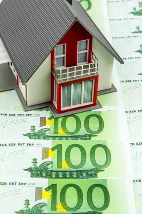 Wohnhaus auf Geldscheinen, Symbolfoto für Hauskauf, Finanzierung, Bausparen